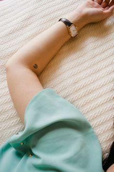 idée de petit tatouage - la lune sur l'avant-bras
