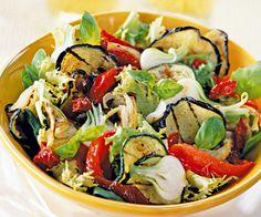 Voici une recette de salade à base de légumes grillés. Un mélange d'aubergines, de courgettes et d'oignons à déguster en entrée.