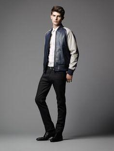 Burberry, chaqueta azul marino blanco, T-shirt blanca, Jeans negros