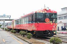 『花嫁のれん』で使用されるキハ48形改造車(手前は1号車のキハ48 1004)。10月3日から金沢~和倉温泉間で運行を開始する。