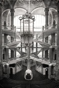 Grand staircase at the entrance hall of the City Court building by Otto Schmalz circa 1900 in Berlin. At the time it was the second biggest building in the city just behind the Royal Palace. Fascist Architecture, Historical Architecture, Architecture Details, Stone Stairs, Interesting Buildings, Art Deco, Grand Staircase, Stairway To Heaven, Monochrome Photography