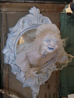 haunting decor by Leslie Baily-awesome! wish I could do something like this