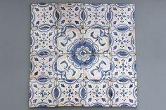 Lot van 16 blauw en witte decoratieve Delftse tegels, 17e eeuw