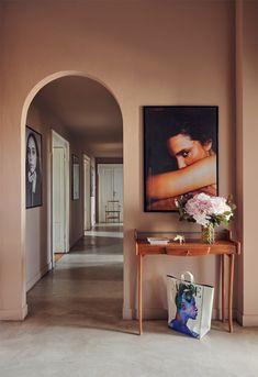 Palette de couleurs terracotta, rose, beige et brun // Un couloir dans les tonalité de beige rosé Contemporary Cottage, Modern Coastal, Rose Beige, Brick Cottage, Ultra Modern Homes, Decoration Entree, Pavilion Design, Turbulence Deco, Highland Homes