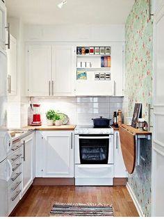 Mutfak , Banyo, Salon, Odalar için Dar Mekanlar için Dekorasyon Önerileri ve Resimlerini Bulabilirsiniz. İçinde bulunulan mekan eğer fazlası ile dar ise bazı ufak dokunuşlar ferah bir ortam hazırlanmasını sağlayacaktır. Özellikle de dar bulunan ev ya da iş yerlerinde bu dokunuşlara ihtiyaç vardır. Daha üretken olmak, ortamdan daha iyi bir tat almak için söz konusu hamleler ile içinde bulunulan yer daha da güzelleşecektir. İnsanlar ferahlığı ve rahatlığı sevdikleri için de bu durum dikkat…