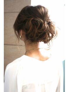 おくれ毛が魅せる、ユルさとこなれ感いっぱいのまとめ髪 - Locari(ロカリ)