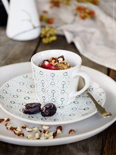 En kopp gröt – ett perfekt alternativ även för dig som föredrar att inta en mysig frukost uppkrupen i soffhörnet. Trendigt, mättande, nyttigt och gott! Här serverat med hackade hasselnötter på toppen. ENIGT mugg, ENIGT assiett, SINNERLIG serveringsfat, SKUREN bestick. Klicka på bilden för recept!