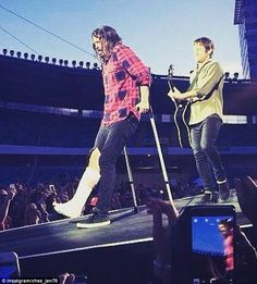 Dave Grohl breaks a leg but Foo Fighter keeps singing in Sweden they care so much for their fans every band should be more like them