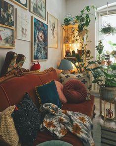 living room Vintage living room inspo with burnt orange velvet sofa - Home Decor - . , Vintage living room inspo with burnt orange velvet sofa - Home Decor - . Home Design, Home Interior Design, Design Design, Appartement Design, Aesthetic Room Decor, Cozy Living Rooms, Living Room Vintage, Hippie Living Room, Bohemian Living