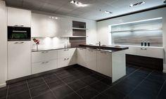 Witte hoogglanzende hoekkeuken Kitchen Cabinets, Decor, Kitchen, Home, Cabinet, Kitchen Island, Home Decor