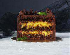 """Спешим поделиться с вами новым рецептом крышесносного шоколадно-апельсинового торта от Надежды Малой, пирожное """"Картошка"""" которой произвел настоящий фурор среди наших читателей. Ну что же под капотом этого торта?Коржи брауни на темном бельгийском шоколаде (тут можно заканчивать описание), взбитый шоколадный ганаш, сочная серединка из свежей мякоти апельсина, проваренной с веточкой розмарина для пикантности. Звучит неплохо, верно?Содержание чистого шоколада в этом торте зашкаливает, а кто…"""