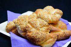 Simit opskrift - En tyrkisk form for bagel vendt i sesamfrø - super lækker! Yummy Eats, Bagels, French Toast, Deserts, Food And Drink, Snacks, Breakfast, Recipes, Breads