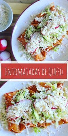 Entomatadas de queso ///Flautas de tortillas de maíz rellenas con queso fresco, bañadas en salsa de puré de tomate, acompañadas con lechuga, aguacate y rabanitos, y espolvoreadas con queso fresco desmoronado con un toque de cebolla y orégano.