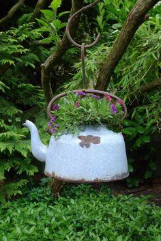Cesta colgante de flores Kessel - Karin Urban - NaturalSTyle - Rebel Without Applause Diy Garden, Garden Projects, Garden Art, Garden Design, Garden Ideas, Rusty Garden, Planter Garden, Balcony Garden, Petunias