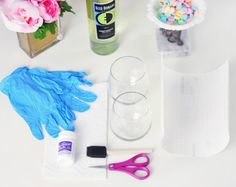 weinglas-deko-handschuhe-weingläser-ohne-stiele-wein-schwammpinsel-schere Diy Wine Glasses, Mason Jars, Crafts, Weddings, Gold Spray Paint, Decorated Wine Glasses, Decorating Jars, Do It Yourself Ideas, Diy Crafts Home