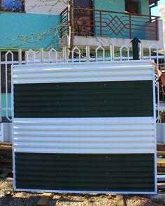 Panou gard metalic din gama de culori alb-verde. Garage Doors, Urban, Metal, Outdoor Decor, Home Decor, Green, Decoration Home, Room Decor, Metals