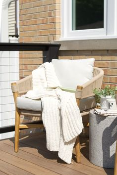 The recipe for a perfect outdoor lounge chair? Take a solid acacia wood frame, add woven rope accents, and top if off with a cushy seat. Photo by @diyplaybook. #PatioChair #BohoInspiration #OutdoorFurniture Outdoor Lounge, Outdoor Sectional, Outdoor Rooms, Outdoor Chairs, Outdoor Living, Outdoor Seating, Cozy Backyard, Backyard Seating, Modern Backyard