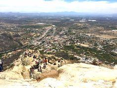 Conheça a magia de Peña de Bernal - em Querétaro, no México - o terceiro maior monolito do mundo, depois da Rocha de Gibraltar e do Pão de Açúcar.