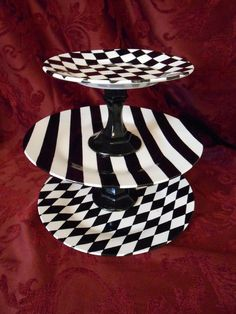 Diy Treat Stand- my own creation for my Tim Burton& Alice in Wonderland-themed birthday party :D Halloween Hacks, Theme Halloween, Alice Halloween, Tim Burton, Mad Hatter Party, Mad Hatter Tea, Mad Hatters, Tea Party Birthday, Birthday Party Themes