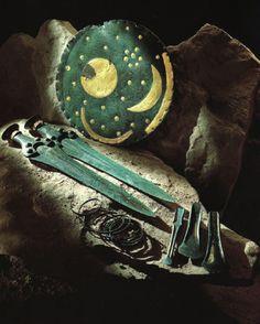 Disque et objets de bronze provenant de Nebra (Allemagne du Nord),1600 avant notre ère. Le disque en bronze et ora été découvert en 1999 dans des conditions rocambolesques.Il est l'une des trouvailles récentes les plus spectaculaires de l'archéologie européenne.