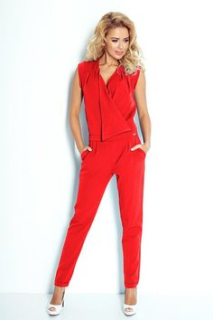 Czerwony, elegancki kombinezon z kopertowym dekoltem, wykonany z wysokiej jakości materiału. #kombinezon #kobieta #moda #trendy #czerwień