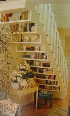 Estante atrás da escada