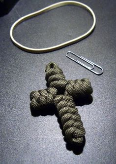 Stormdrane's Blog: Paracord cross made with the snake knot