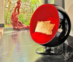 """Ball Chair, Eero Aarnio, 1963.  A Ball Chair – Globe Presidente como é conhecida – foi concebida através de uma das mais simples formas geométricas – a bola cortada ao meio e fixada em um ponto. A cadeira é """"uma sala dentro de um quarto"""" com uma acolhedora calma atmosférica, protege contra ruídos externos e dá ao espaço privacidade para relaxar, ler e até mesmo falar ao telefone."""