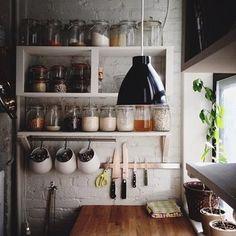 ナイフが縦に並んでいるキッチンでは、調味料は全部同じ瓶に入れて。残りの量も見えるから、とっても使いやすいんですよ。 カトラリーの収納も素敵!