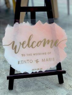 無料テンプレート|裏を塗るとオシャレ!海外風アクリルウェルカムボードの作り方 / ウェルカムスペース ウェルカムボード 装飾アイテム / WEDDING | ARCH DAYS Wedding Welcome Board, Welcome Boards, Free Wedding, Diy Wedding, Wedding Signs, Wedding Table, Baby Shower Themes, Wedding Decorations, Wedding Invitations