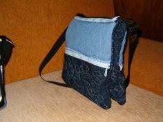 dupla táska 4 zipzárral,vállon átvethető,a táskák mágnes zárral kapcsolódnak össze alul