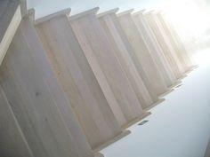 Schody dywanowe z jasnego drewna - wspaniale łączą piętro z parterem