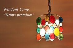 ペンダントランプドロップスプレミアムは、カラフルなニジイロのステンドグラスランプです。ちょっと大きめのプレミアムは、口金E26タイプの電球対応のため、寝室やちょっとしたお部屋のランプにも明るくお使い頂けるランプです。