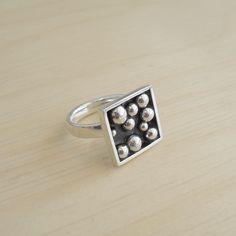 Ring Planets. Zilver met zilveren bollen in zwart kunststof. Unicum van Karen Klein edelsmid.   karenklein.eu