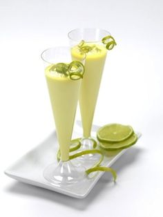 Crema di limoncello, or creamy limoncello, is an easy and amazing Italian drink you can make at home. Ingredients for 2 liters 1 liter of pure alcohol at 95 ° 1 liter of whole milk 16 medium to large lemons, untreated 1 liter of fresh cream 2 vanilla Creamy Limoncello Recipe, Homemade Limoncello, Homemade Liqueur Recipes, Homemade Liquor, Cocktail Drinks, Cocktail Recipes, Alcoholic Drinks, Beverages, Italian Drinks