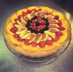 Crostata con crema pasticciera, fichi, pesca, fragole e more. #fresh #fruit #homemade #peaches #figs #blackberries #strawberries