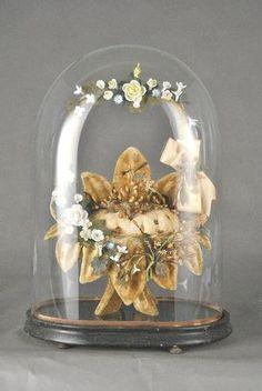 Globe de mariée à base ovale présentant un coussin de velours beige