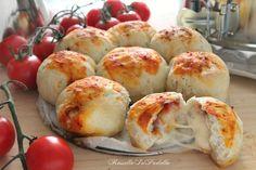 Pizza danubio. Una corona di palle di pasta lievitata farcite con pomodoro e mozzarella. Pizza danubio
