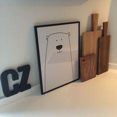 """Den fine isbjørn plakat har sneget sig ud i køkkenet, indtil den skal tilbage på """"børneværelset"""". Men indtil der ikke er kommet et søm i væggen, kan jeg da lige så godt nyde den i køkkenet. Jeg er nemlig helt tosset med den! http://bylux.dk/shop/frontpage.html #plakater #plakat #grafiskeplakater"""