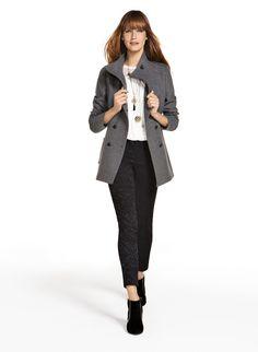 Ten dwurzędowy płaszcz idealnie wpisuje się w eleganckie stylizacje, inspirowane stylem wiktoriańskim. Rasowo też będzie wyglądał z prostymi, klasycznymi fasonami.