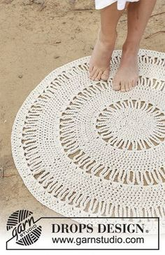 Radiant - Circular floor rug with double crochet and lace pattern, worked with 3 strands DROPS Paris. - Free pattern by DROPS Design Crochet Mat, Crochet Carpet, Diy Crochet And Knitting, Crochet Amigurumi, Crochet Diagram, Crochet Home, Free Crochet, Tunisian Crochet, Crochet Granny