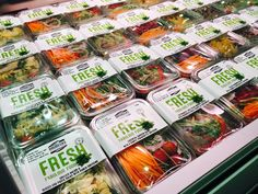 Salad Menu, Salad Box, Salad Packaging, Food Packaging Design, Disposable Food Containers, Vegetable Packaging, Lean Cuisine, Clean Eating Plans, Fruit Shop