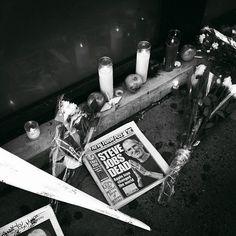 Mourners Create Impromptu Memorials for Steve Jobs at Apple Stores [PICS]