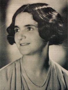 Der Enge des heimischen Biebrich, dem heutigen Wiesbaden, wollte Sidonie Zippora Sender, so ihr voller Name, schon früh entfliehen. Es war aber nicht nur die örtliche Enge, die sie für ihr Leben nicht wollte, auch den strengen Regeln ihres jüdisch-orthodoxen Elternhauses wollte sie schon früh den Rü