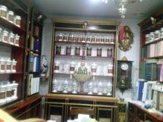 La farmacia de Villanueva de la Vera, Caceres   Pocas Boticas se conservan actualmente encontré esta en Villanueva de la vera (Caceres) no pude por menos de hacer la foto. Recuerdo que hace unos años en otra visita por Extremadura no recuerdo muy bien creo que fue en Don Benito, Badajoz, en su museo etnográfico tenían una sala dedicada a la botica