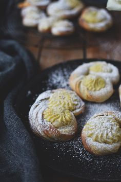 Knusprig, blättrige Plunderteilchen mit cremigen Vanillepudding. Jetzt Rezept speichern und losknuspern! Die sind soooo lecker!
