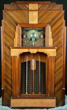 Art Deco and Art Nouveau! Art Deco Decor, Art Deco Home, Art Deco Design, Radio Antique, Art Nouveau, Muebles Art Deco, Retro Radios, Streamline Moderne, Poster Art