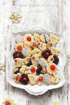 Fursecuri fragede de Craciun detaliu platou Romanian Desserts, Cupcakes, Cheese Party, Biscotti, Sorbet, Oatmeal, Sweet Treats, Dessert Recipes, Sweets
