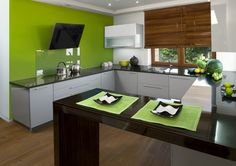 Nowoczesna aranżacja kuchni może mieć różne oblicza. Pastelowa zieleń świetnie komponuje się z naturalną barwą drewna. Taki wystrój wnętrza, choć nowoczesny, sprawia, że patrzenie na niego wycisza i uspokaja. #kuchnia #design #wnetrza #kolor