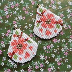 beaded earrings to make Beaded Earrings Patterns, Seed Bead Patterns, Beading Patterns, Brick Stitch Earrings, Seed Bead Earrings, Hoop Earrings, Seed Bead Flowers, Beaded Flowers, Beaded Crafts